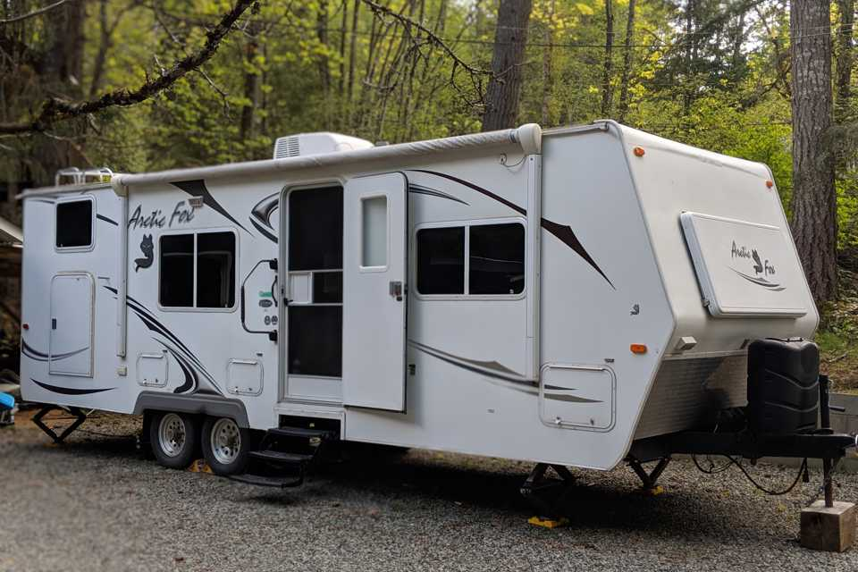 4 Season 27' Arctic Fox Trailer with Separate Master and Bunks in Mill-Bay, British Columbia