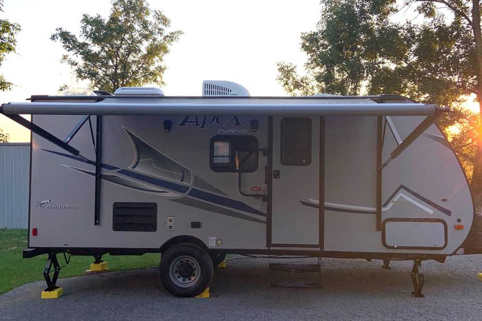Light Mid Sized Travel Trailer 21' under 3,500 lbs with Queen sized bed in Harrowsmith, Ontario